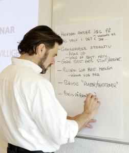 Henrik Olsen noterer deltagernes spørgsmål, der skal besvares